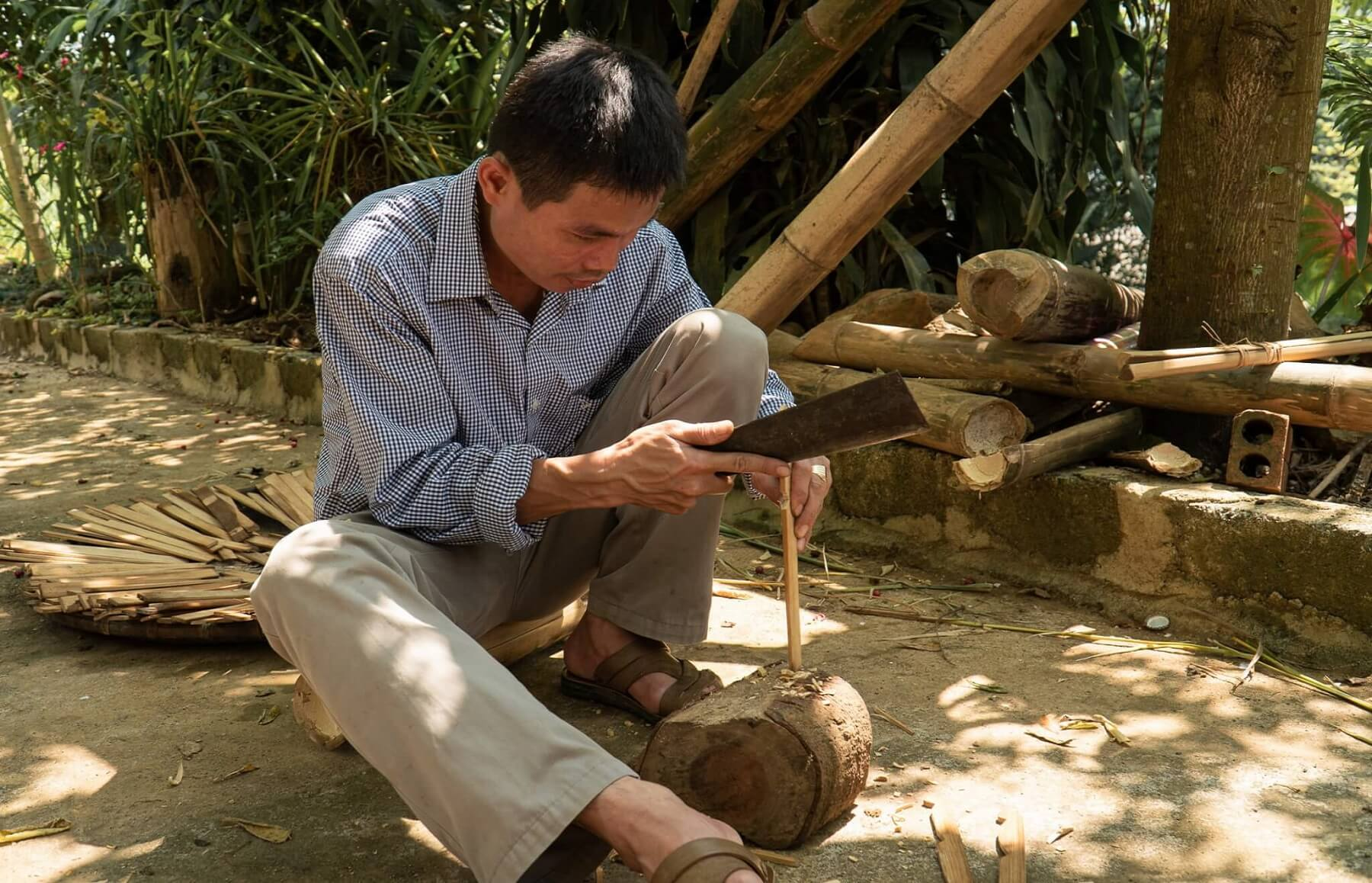 JC008-Local-villagers-working-on-the-cutlery-scaled